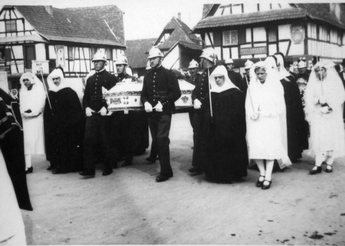 1933_Enterrement_Soeur_MARIE_LEA_5_le_cort__ge_passe_devant_l