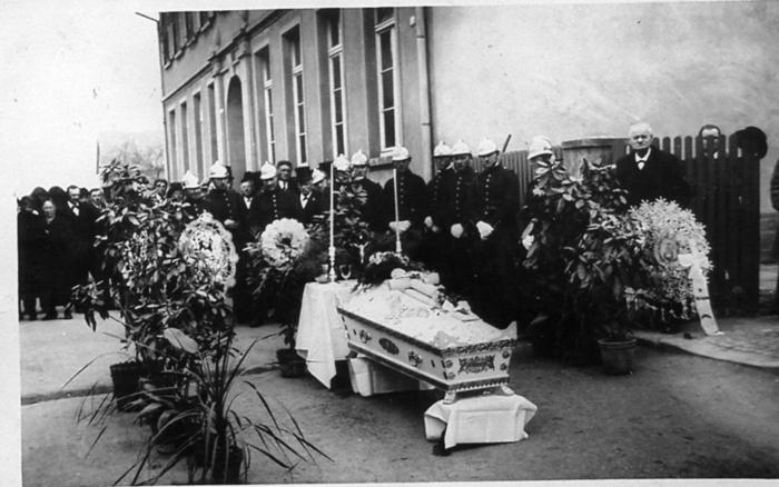1933_Enterrement_Soeur_MARIE_LEA__8_photo_prise_devant_l_act